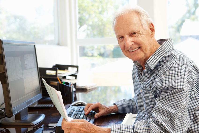 Älterer Herr zuhause am PC